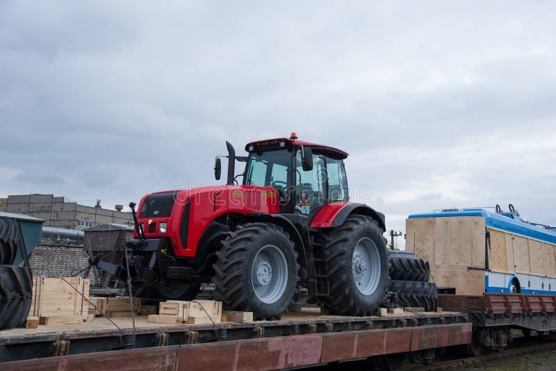 白俄罗斯'白通玛什'与农用拖拉机新型三门无轨电车 库存图片