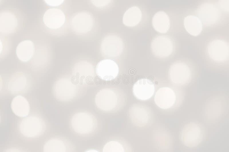 白光bokeh弄脏了背景,摘要美好的模糊的银色圣诞节节日晚会纹理,拷贝空间 免版税库存图片