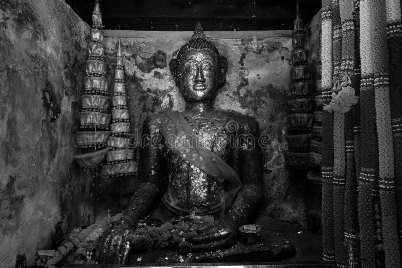 黑白图象 在Wat Pa Rerai寺庙的菩萨雕象在Suphanburi,泰国 免版税库存照片