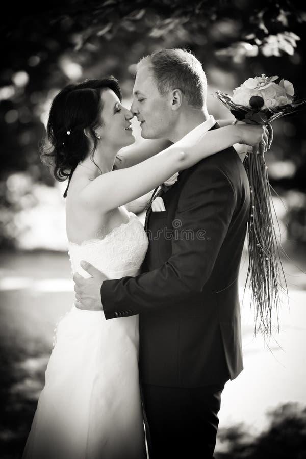 黑白在婚姻以后-新婚佳偶 库存照片