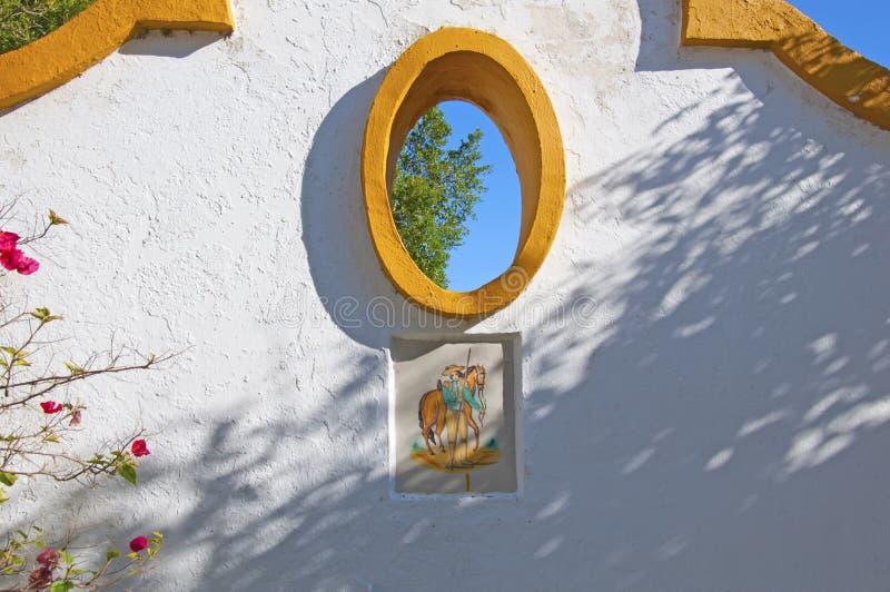白墙,饰有橙色装饰、椭圆形窗户和西班牙瓷砖 西班牙塞维利亚岛 免版税图库摄影