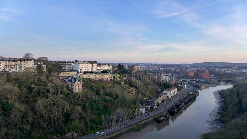 白天在河岸上欣赏英国布里斯托尔城的迷人景色 免版税库存图片