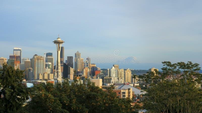 白天城市地平线和空间针在西雅图 免版税库存照片