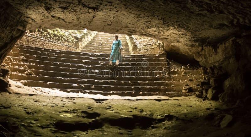 白天明亮地闪动入从孔的洞穴黑暗在洞穹顶顶部,通过天花板空白 库存照片