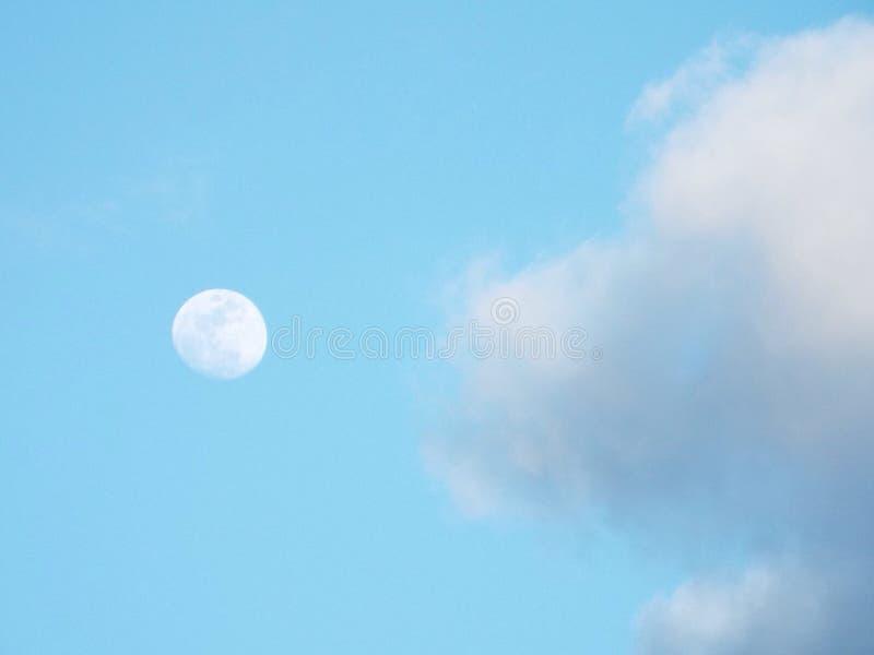 白天月亮和云彩 免版税库存图片
