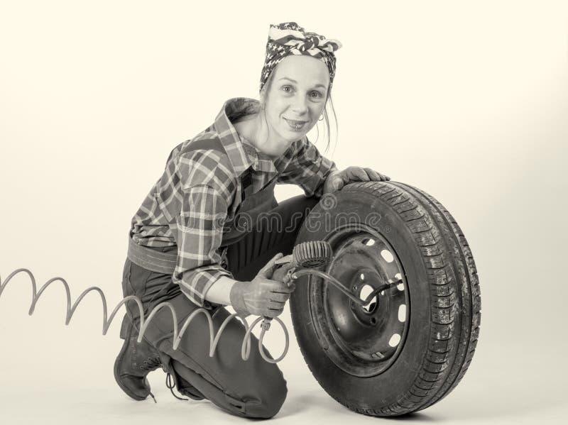 黑白少妇膨胀车胎 免版税库存图片