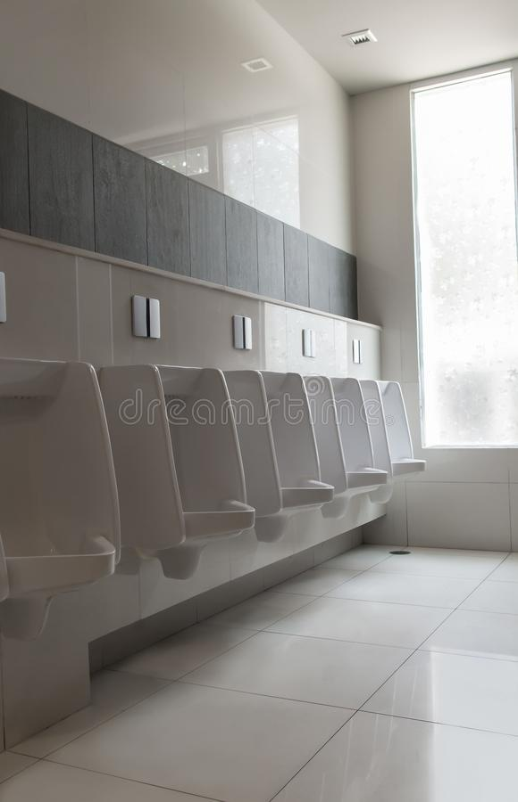 白尿壶陶瓷` s人公共厕所或休息室行  免版税库存照片