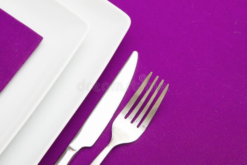 白方块牌照和淡紫色餐巾 库存图片