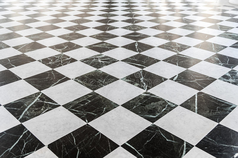 黑白方格的大理石地板 免版税库存照片