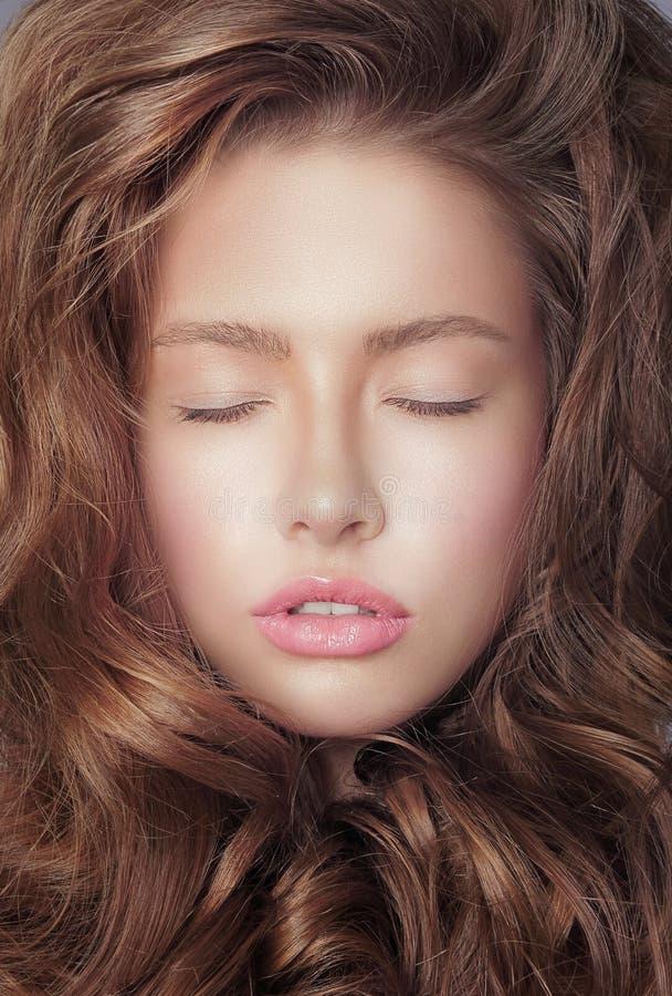 白日梦 与闭合的眼睛和卷发的沉思新鲜的妇女的面孔 免版税库存照片