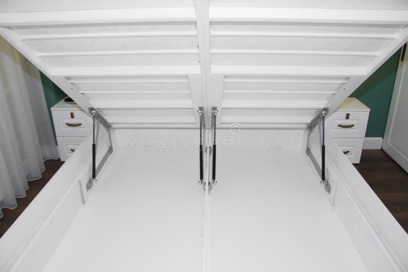 白栎木一张大床与一个举的机制的 与举的机制的床 免版税库存照片