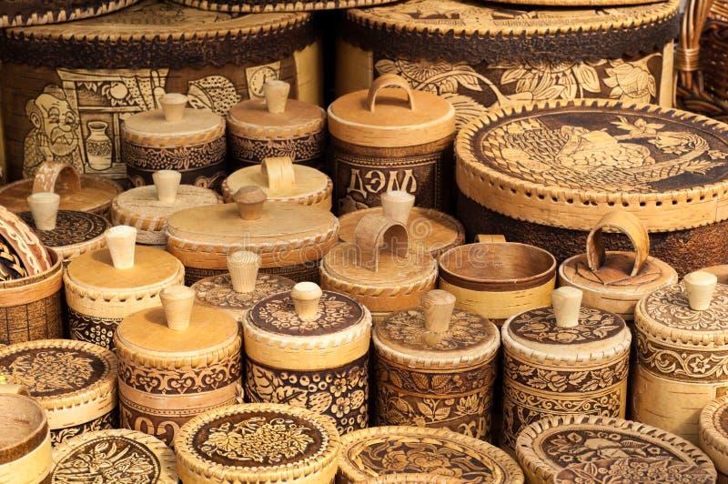 白桦树皮篮子 在篮子写道 蜂蜜,糖,婆罗双树 库存照片