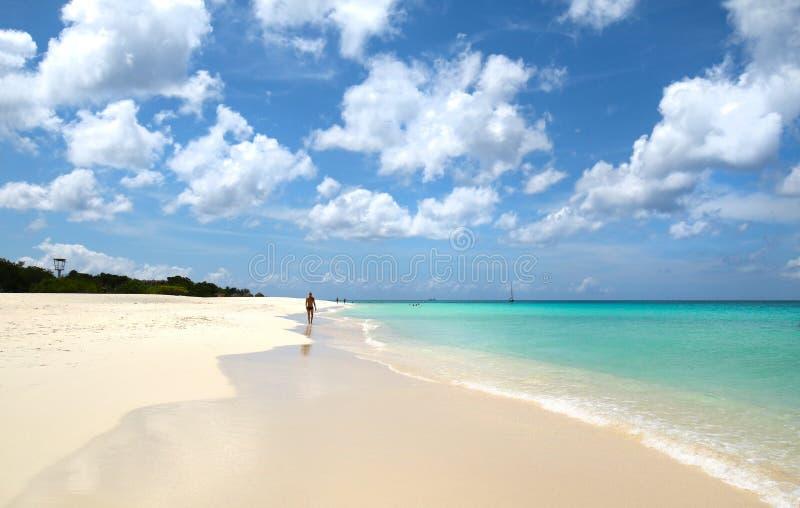 白沙滩步行者 蓝色海水和剧烈的云彩 aruba oranjestad 著名老鹰海滩 库存图片