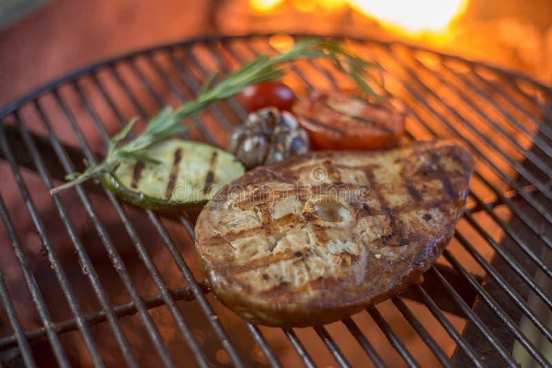 白海鱼和烤菜水多的牛排在格栅的 免版税库存照片