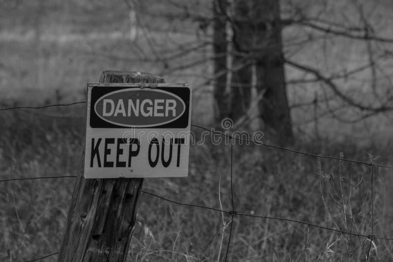 黑白照片危险把标志关在外面 库存图片