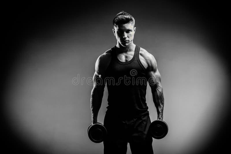 黑白照片的肌肉爱好健美者人关闭 免版税库存照片