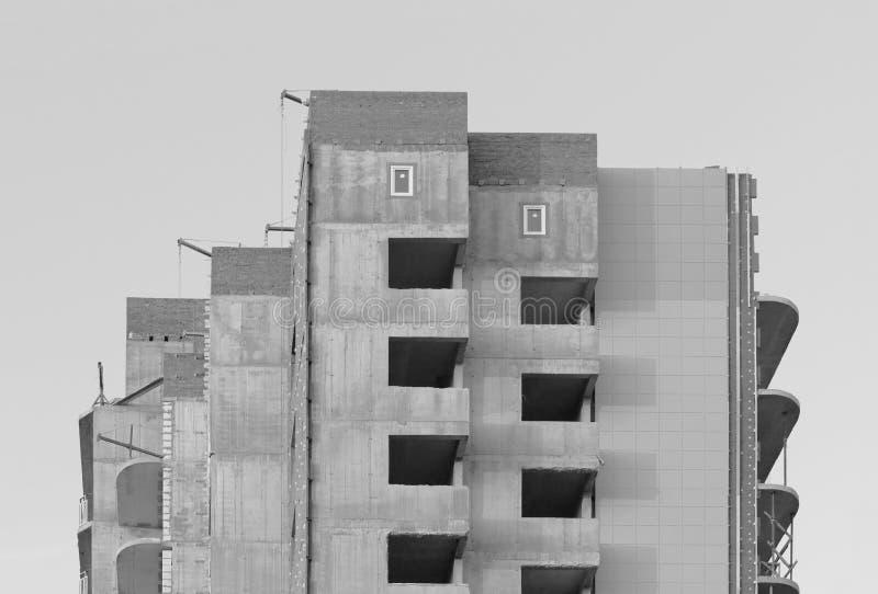 黑白照片窗口在反对无云的蓝天的一个最近建造的房子里 库存例证