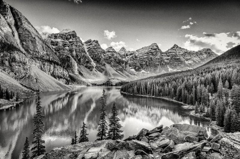 黑白照片过滤了Moraine湖,落矶山脉风景看法  免版税库存图片