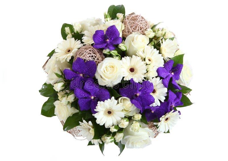 白玫瑰、白色大丁草雏菊和紫罗兰色兰花花束。 库存照片