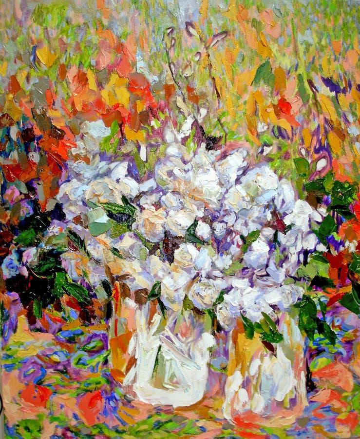 白玫瑰在苍白玻璃花瓶油特写镜头纹理的刀子开花 库存例证