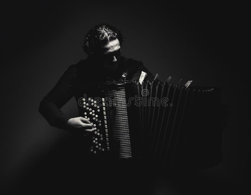 黑白的手风琴球员 免版税库存照片