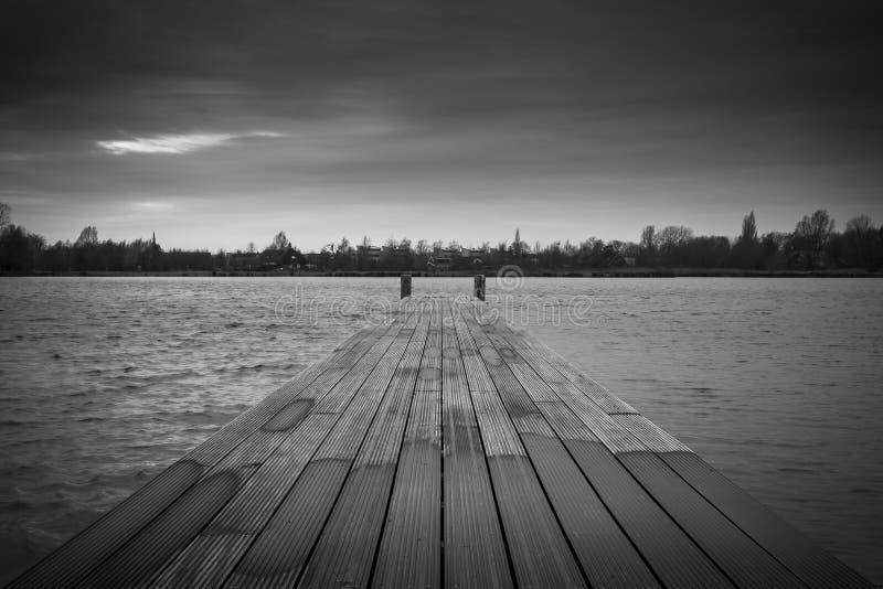 黑白的码头。 免版税库存图片