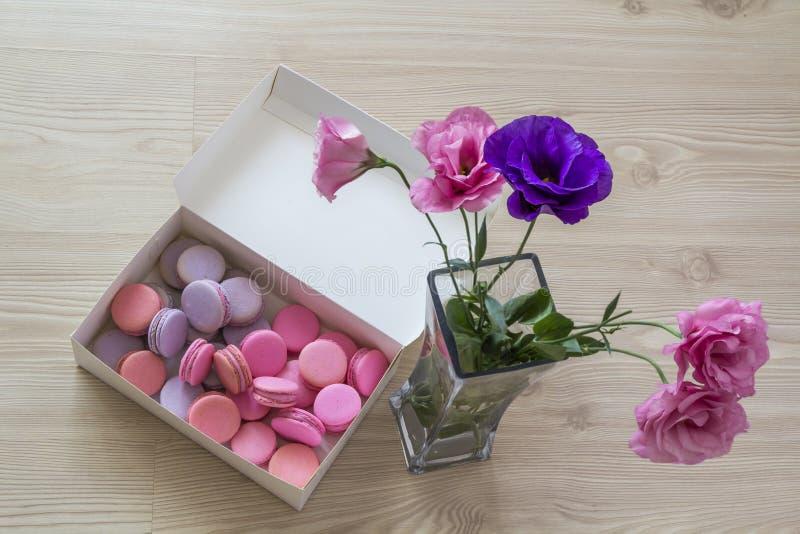 白皮书箱子用多彩多姿的甜蛋白杏仁饼干和花瓶与 库存图片