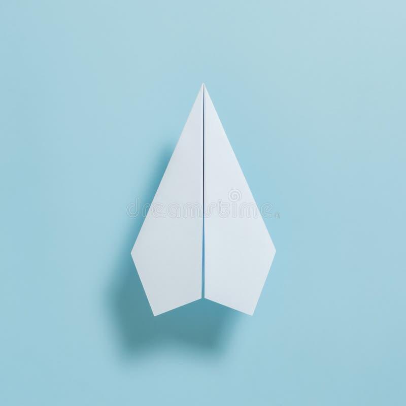 白皮书飞机平的位置在淡色蓝色颜色背景的 免版税库存图片