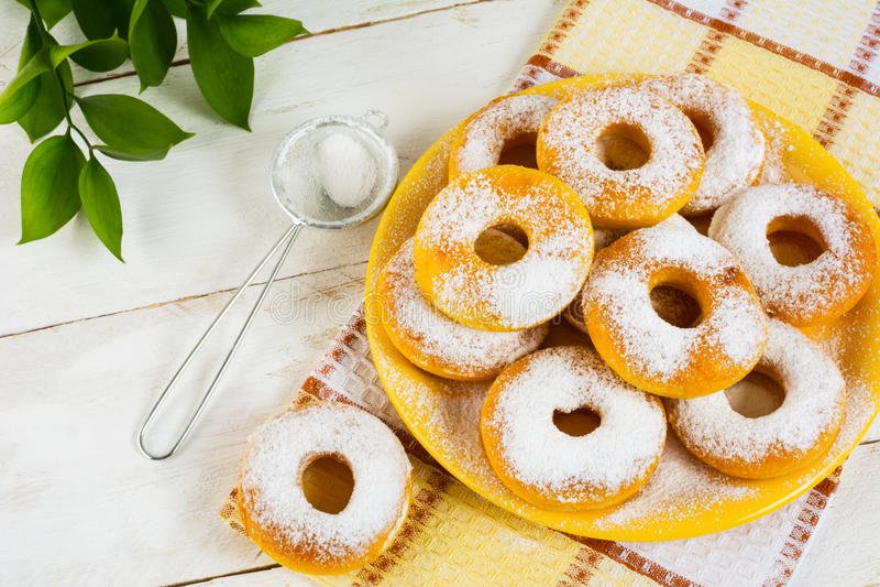 白砂糖搽粉的甜油炸圈饼 免版税库存照片