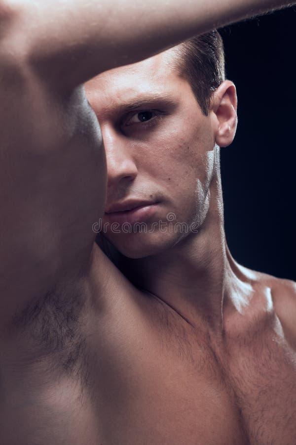白种人一年轻成人人,肌肉健身模型,顶头面孔 免版税库存图片