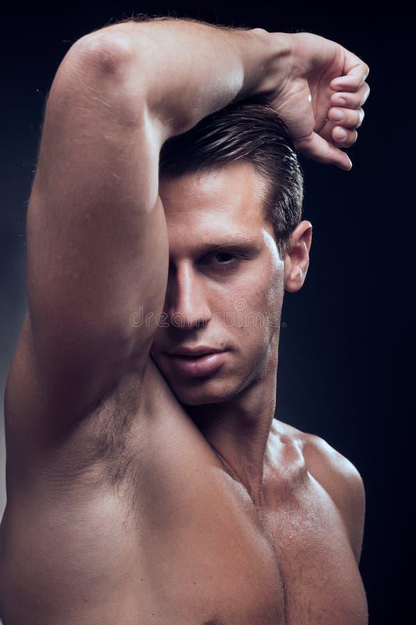 白种人一年轻成人人,肌肉健身模型,顶头面孔 图库摄影