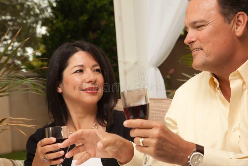 白种人享用的西班牙人酒妇女 库存图片