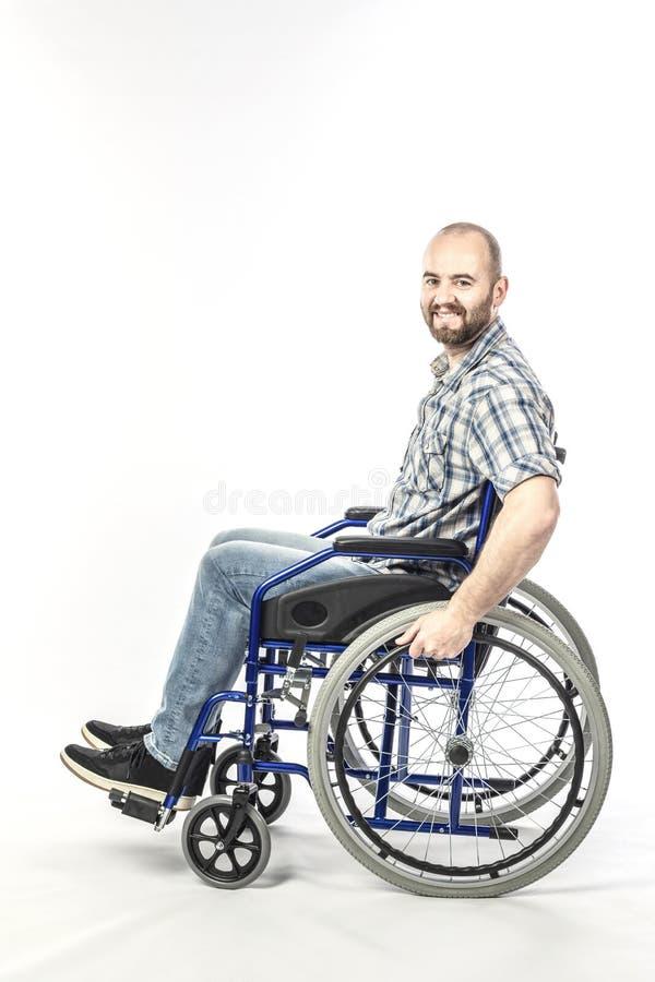 白种人人微笑和正面表示,残疾在轮椅 免版税库存照片