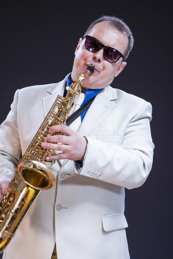 白种人传神成熟使用的萨克斯管吹奏者画象  免版税库存图片