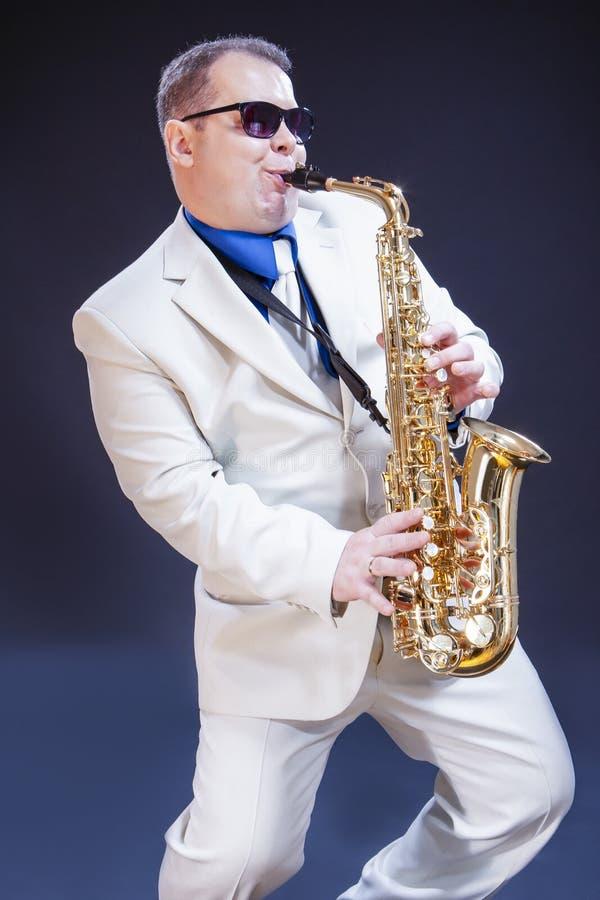 白种人传神成熟使用的萨克斯管吹奏者 免版税库存图片