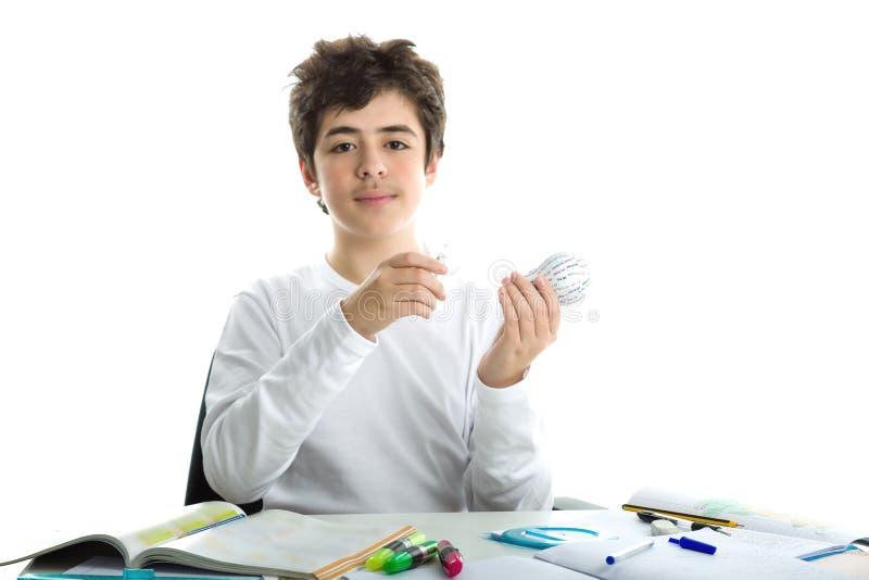 白种人光滑剥皮了拿着真正的电灯泡和3d印刷品的男孩 库存图片