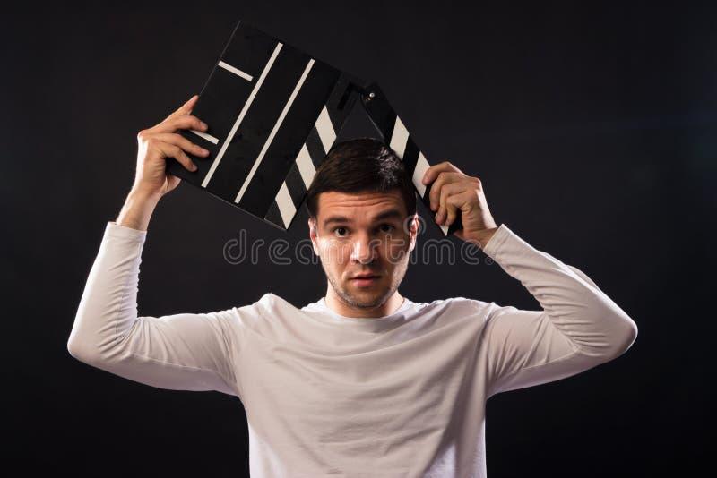白种人出现的年轻人举行一clapperboard Por 免版税图库摄影