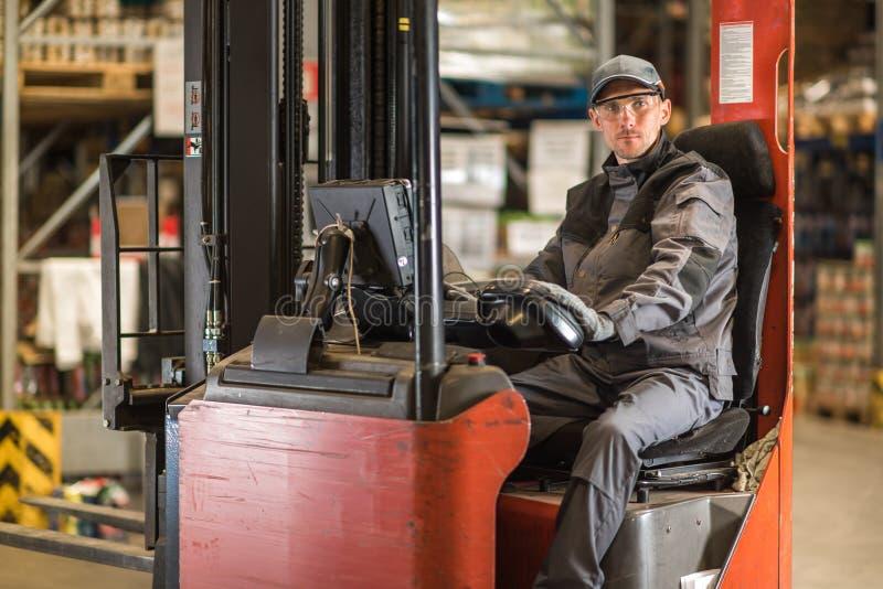 白种人叉架起货车司机等待的交付 免版税库存图片