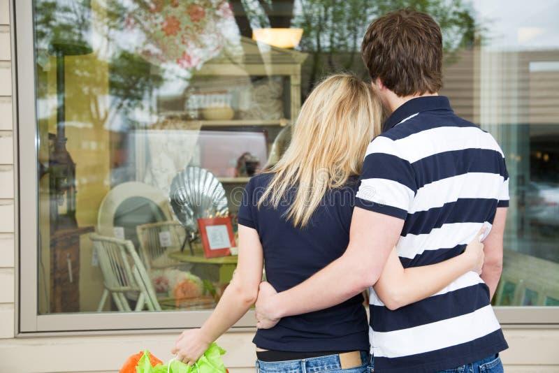 白种人夫妇购物 免版税库存照片