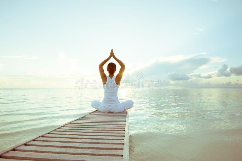 白种人女子实践的瑜伽 免版税图库摄影