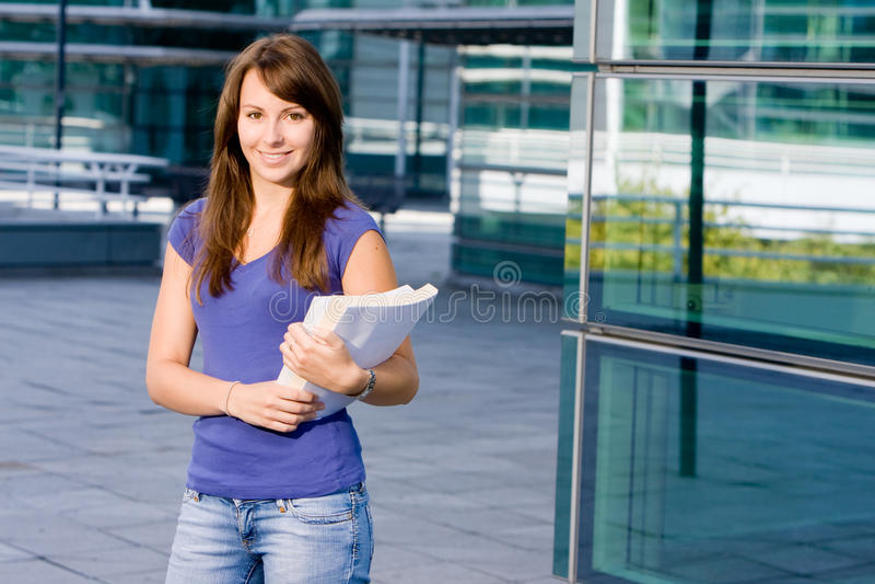 白种人女孩俏丽的学校身分 免版税库存照片