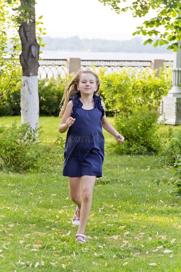 白种人女孩奔跑在与被弄乱的头发的夏天 免版税库存图片