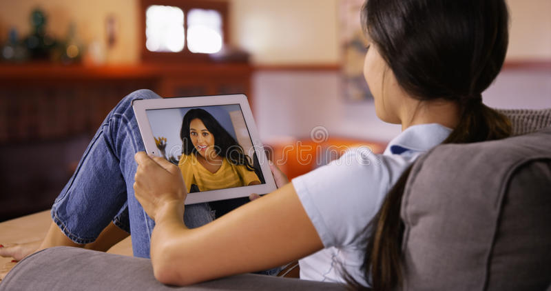 年轻白种人女孩录影与她的她的片剂的朋友聊天 图库摄影