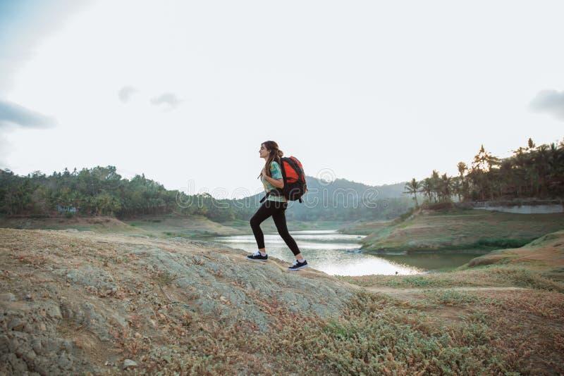 白种人妇女单独走的旁边湖 库存图片