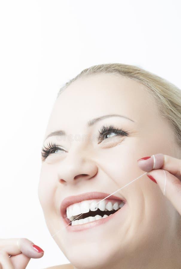 白种人妇女清洁牙齿的牙和微笑。牙齿保护和口头 免版税图库摄影