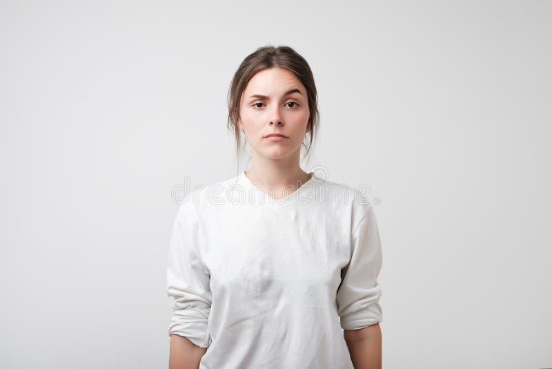 白种人妇女画象激动严肃的面部 免版税库存照片