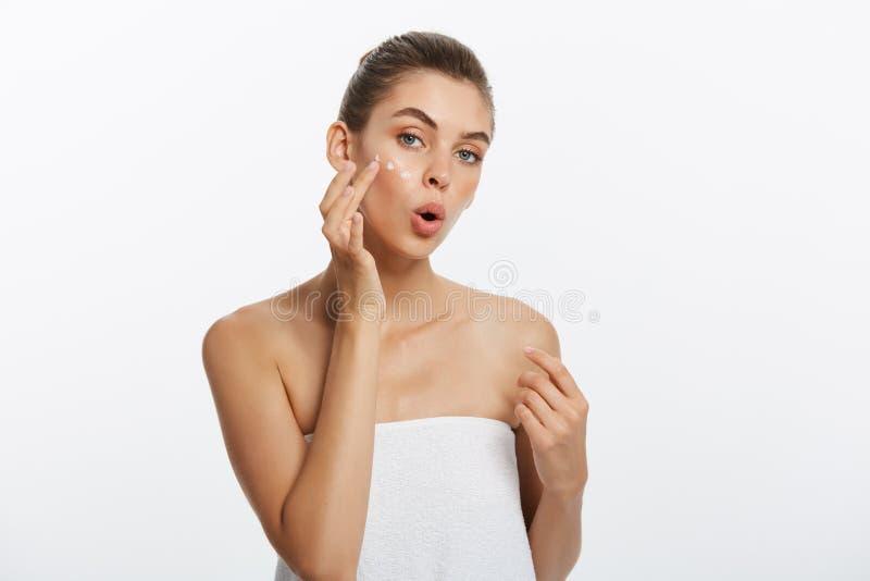 白种人妇女的秀丽女孩检查她的皮肤,护肤,粉刺治疗 免版税库存照片