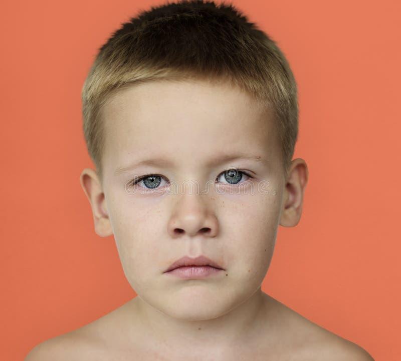 白种人小男孩皱眉胸部赤裸 免版税库存照片