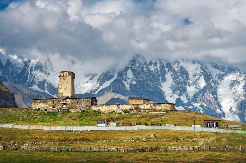 白种人山美好的风景与多云天空的 库存图片
