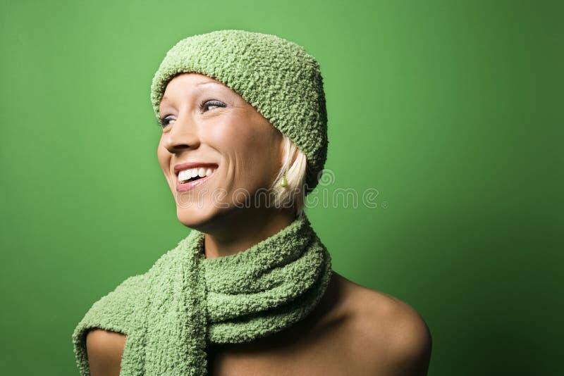 白种人帽子围巾佩带的冬天妇女年轻& 免版税库存照片